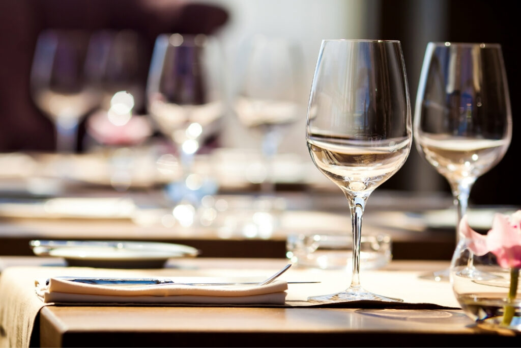 Restaurant: Gedeckter Tisch mit Gläsern