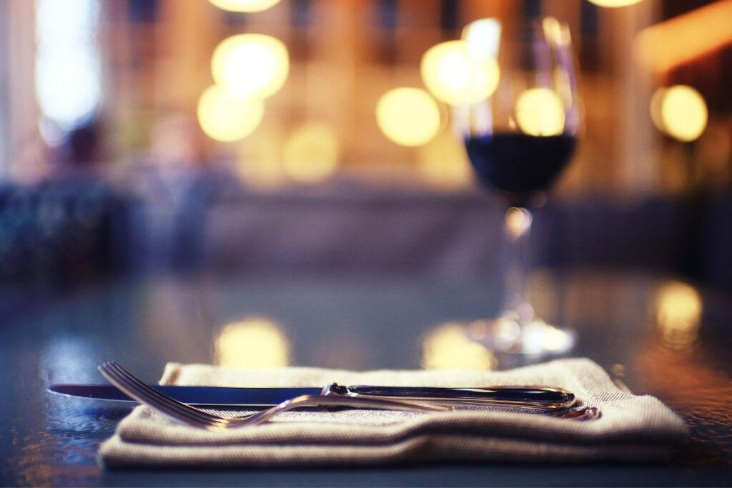 Gedeckter Tisch im Restaurant mit Weinglas