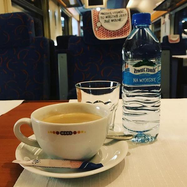 Kaffee und Wasser von Zywiec Zdroj aus Węgierska Górka im polnischen Speisewagen
