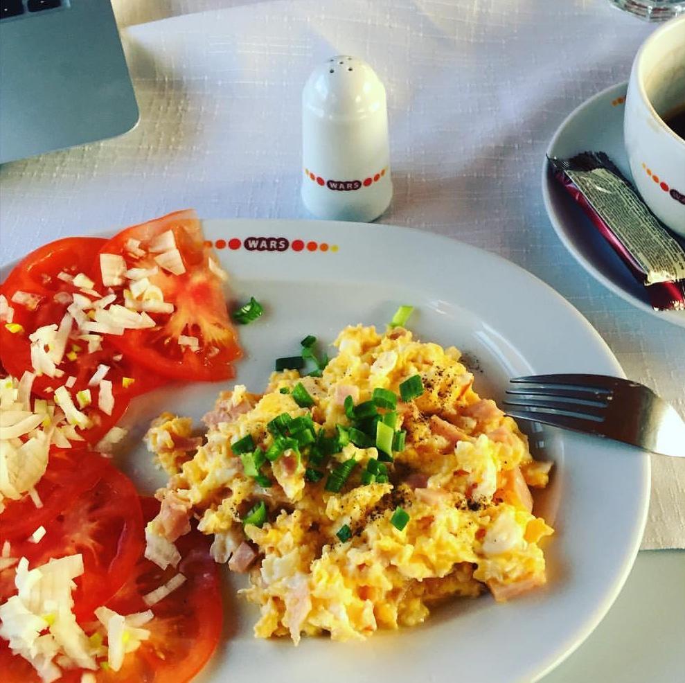 Frühstück im polnischen Speisewagen: Rührei mit Schinkenwürfeln, Tomaten und frischen Zwiebeln